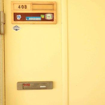 入り口は黄色いドア。