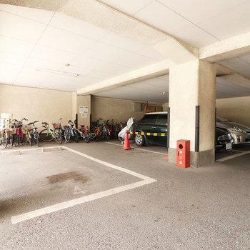 駐車場はピロティーにて