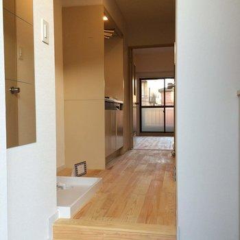 玄関は白タイルに※写真は305号室