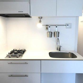 キッチンは2口ガスで使い勝手も◎※写真は同間取り別部屋のもの