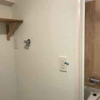 洗濯機置場の奥にお風呂場が。※写真は前回募集時、クリーニング前のもの