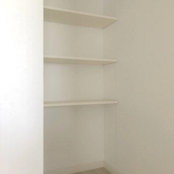 【5.6帖】奥には可動式の棚がありました!スッキリ収納できそうです。(※写真は清掃前のものです)