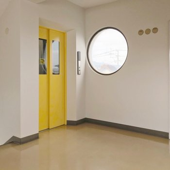 エレベーターの黄色とまあるい窓が素敵です。