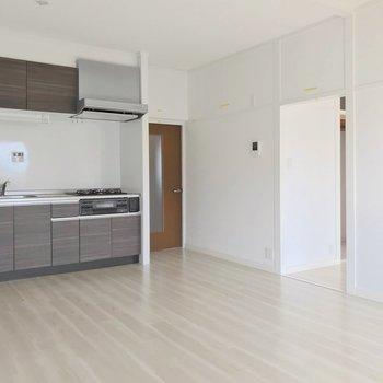 キッチンは壁付けなのでお部屋を広々使えます。(※写真は清掃前のものです)