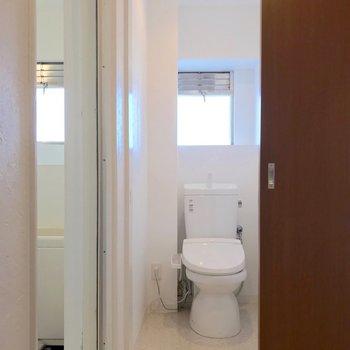 トイレはウォシュレット付き。お風呂も窓付きで換気できます。(※写真は清掃前のものです)