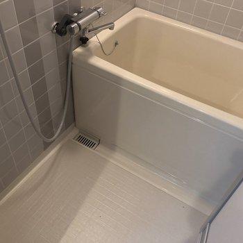 大きな浴槽ですね※1階の反転の間取りの別部屋の写真です。