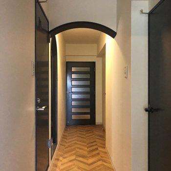 アーチがかわいい廊下※1階の反転の間取りの別部屋の写真です。