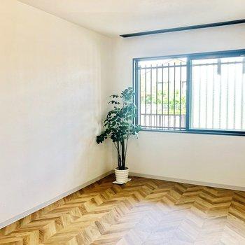 洋室明るいですね〜※1階の反転の間取りの別部屋の写真です。