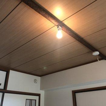 ライトが木の上にある!!※1階の反転の間取りの別部屋の写真です。