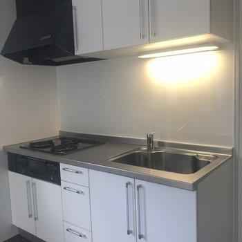白いキッチンがスタイリッシュです※405号室のお写真です