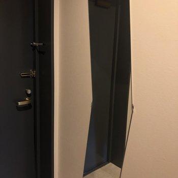 鏡かくかくしててかわいい※1階の反転の間取りの別部屋の写真です。
