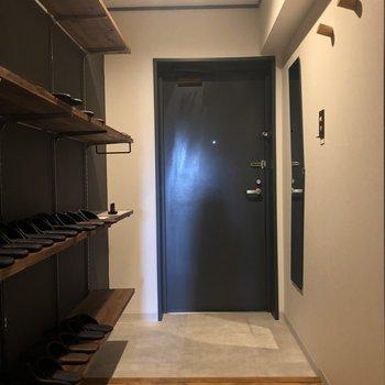 玄関も可愛いですね※1階の反転の間取りの別部屋の写真です。