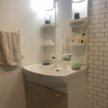 洗面台は綺麗です※1階の反転の間取りの別部屋の写真です。