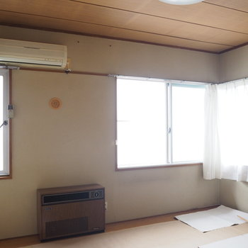 和室。畳を守るために紙が敷かれています。ご了承ください!