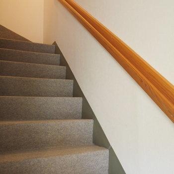 階段は絨毯ばり
