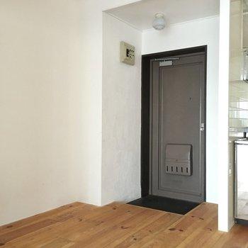玄関にはシューズボックスはないけど、組み立て式を置くスペースはありそうです。
