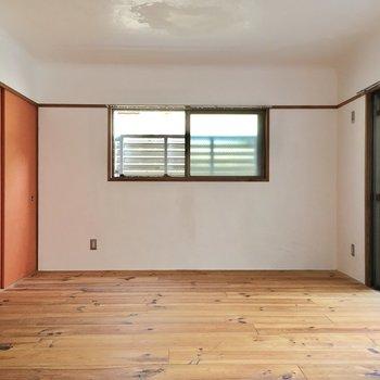 お部屋のアクセントはこのオレンジ色!扉は和紙なんです。