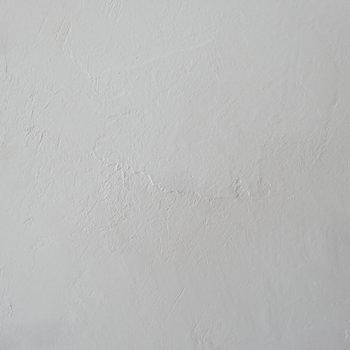 漆喰の手触り、気持ちいいんですよ。