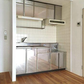 キッチンは異空間。反射して無垢床が続いているみたい。