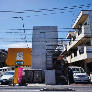 外観もシンプルなコンクリートのデザイン