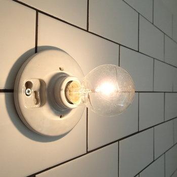 キッチンのタイルと照明