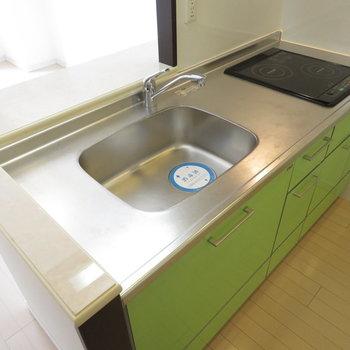 2口コンロのシステムキッチンです(※写真は10階の同間取り別部屋のものです)