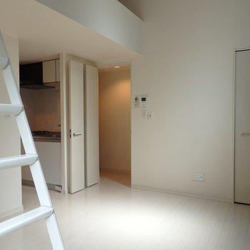 ロフト付きで天井が高く気持ちいい空間