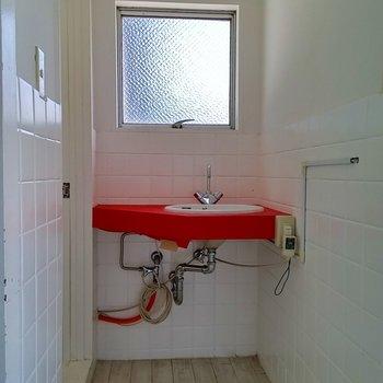 洗面台は赤!かわいい
