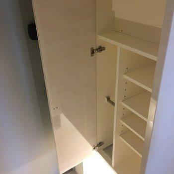 こっちはシューズボックス。下からライトって品格ある※写真は4階の同間取り別部屋のものです