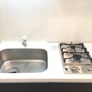 キッチンコンパクトですが2口コンロ!※写真は4階の同間取り別部屋のものです