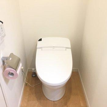 トイレも清潔感!※写真は4階の同間取り別部屋のものです