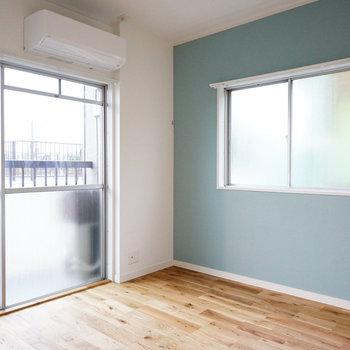 寝室には2面窓があり日中は明るいお部屋