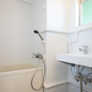 お風呂はちょっとコンパクト。※写真は別室です