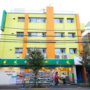 スーパーのマルエツの入る4階建マンション