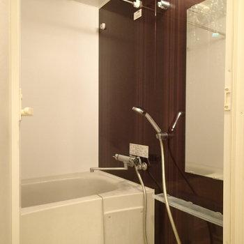 浴室乾燥機もついています。※写真はクリーニング前のものです