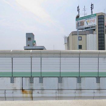 目の前は阪神高速....