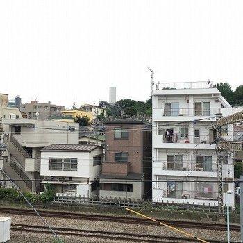 駅近ですからね。線路が見えます