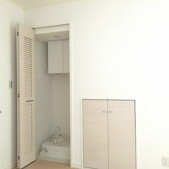 洗濯機置き場は隠せます。横は階段下収納※写真は別部屋