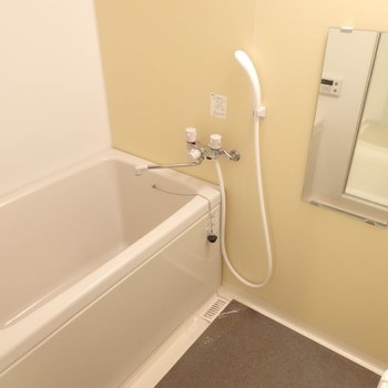 お風呂の壁はイエロー!※写真は2階のお部屋
