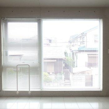 窓が大きい!ベランダはありません。※写真は2階のお部屋