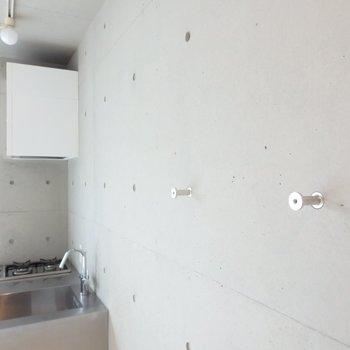 壁に取り付けられたフック、移動可能です。※写真は2階のお部屋