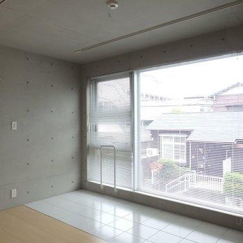 タイルと、フローリング、大きな窓。※写真は2階のお部屋