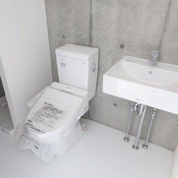 洗面台、トイレ、洗濯機の並びです。※写真は別部屋です。