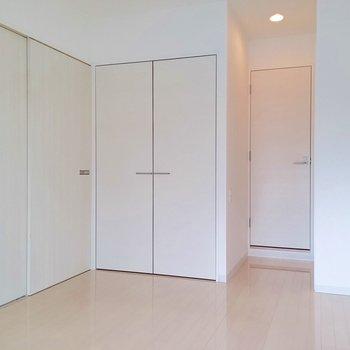 真っ白で収納たっぷりな洋室