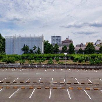 眺望は駐車場を挟んでのびのび