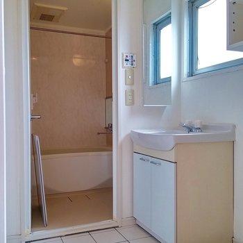 洗濯機、洗面台、お風呂の並び