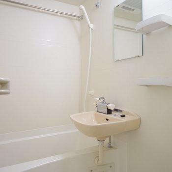 お風呂にも洗面台が付いていて、乾燥機も付いてます!