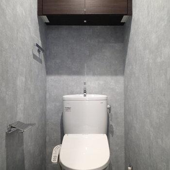 独立したトイレには収納もあります
