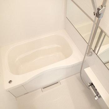横長の鏡がいいね。浴室乾燥もついています