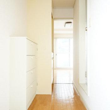 玄関もあかるい!※写真は工事前201号室です